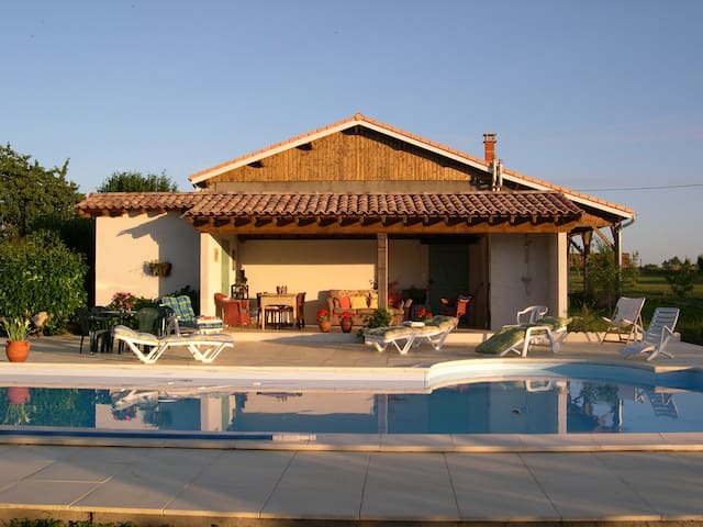 Set in beautiful garden with private pool - Clérac