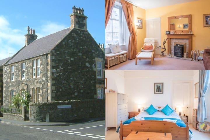 Quaint cottagey house (40 mins Edinburgh)