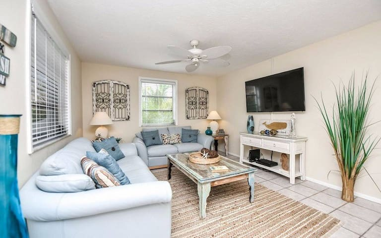 2bed/2bath Pool Side, Steps from Siesta Key Beach!