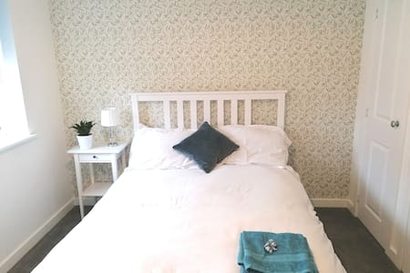 New double room.6min from Gatwick with breakfast