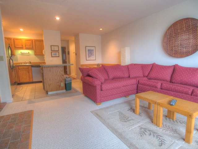 Pristine Sugarbush Mountainside Condo, Easy Walk to Slopes