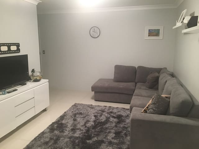 Private bedroom in modern apartment - Caringbah - Leilighet
