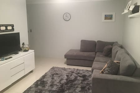 Private bedroom in modern apartment - Caringbah - Apartment