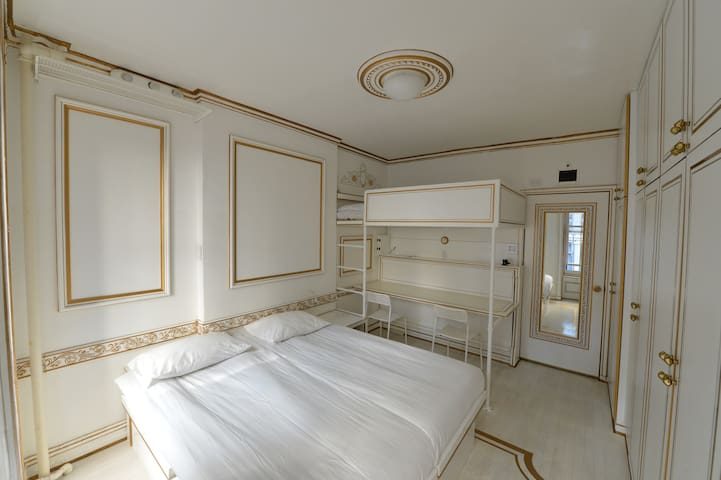BEAUTIFUL WHITE BEDROOM/TIMES SQUARE/8 AVE