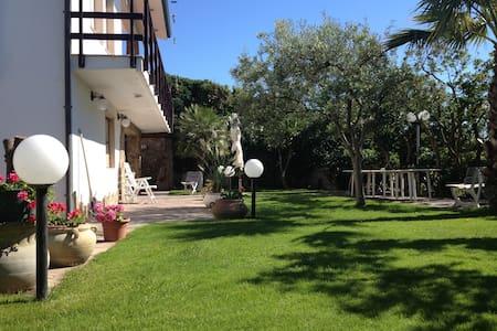 Fantastica Villa a 3m a Piedi dalla Spiaggia! - Marina di Arbus