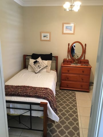 Clean Modern Comfy King Single Room - Caboolture - Hus