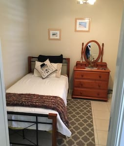 Clean Modern Comfy King Single Room - Caboolture - Huis