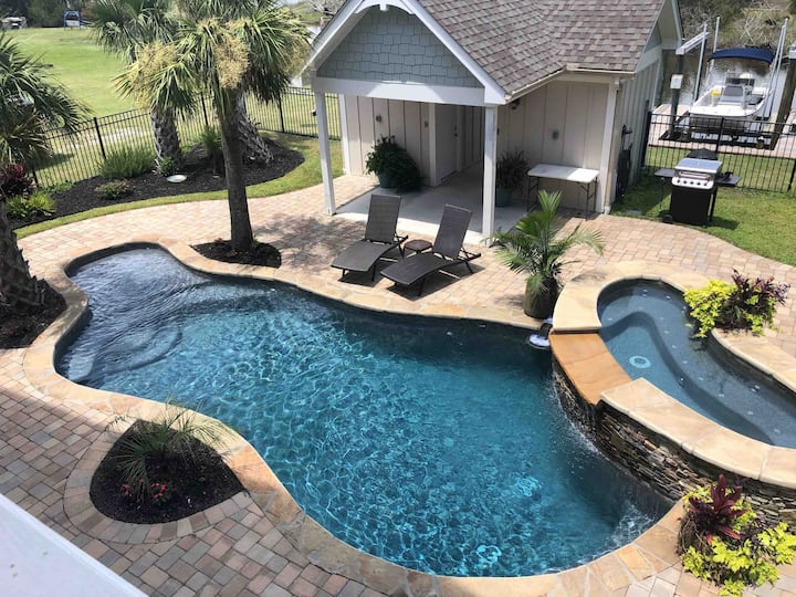 Sneads Ferry home,pool, hot tub, canal with dock!