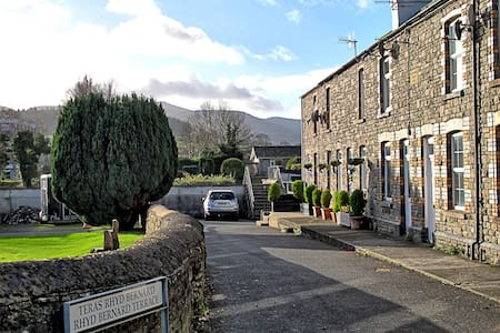 Beacons View Victorian cottage in Brecon Powys - Brecon - House