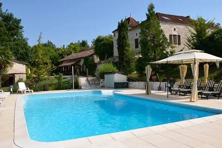 Charming gite, sleeps 5,  views &  shared pool - Saint-Pantaléon - Haus