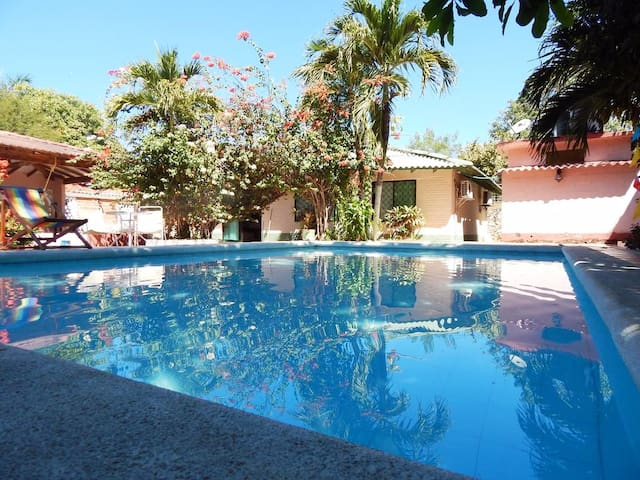 CABAÑA LOS JARDINES, con piscina y playa privada. - Tubará