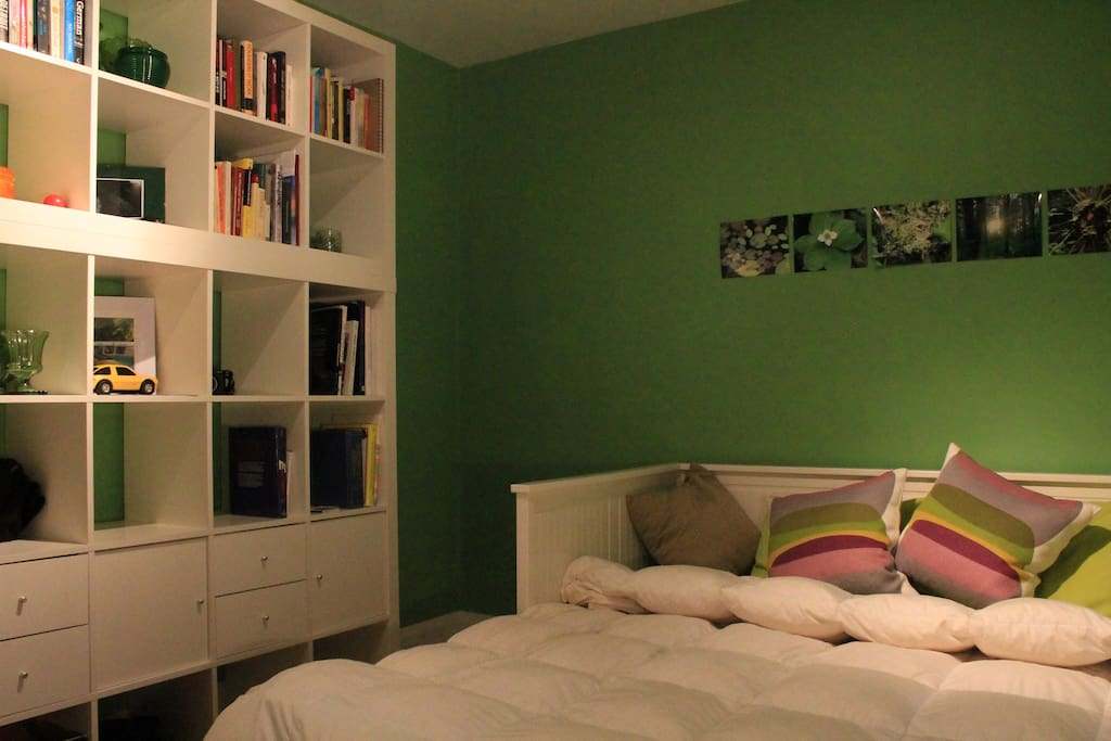 Bedroom: Queen Size Bed Or Can Be Used As A Daybed