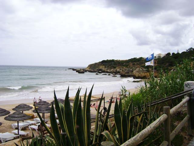 A dois passos da praia da Oura