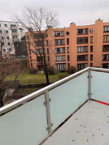 Modern & nice apt w/balcony. Close to everything!
