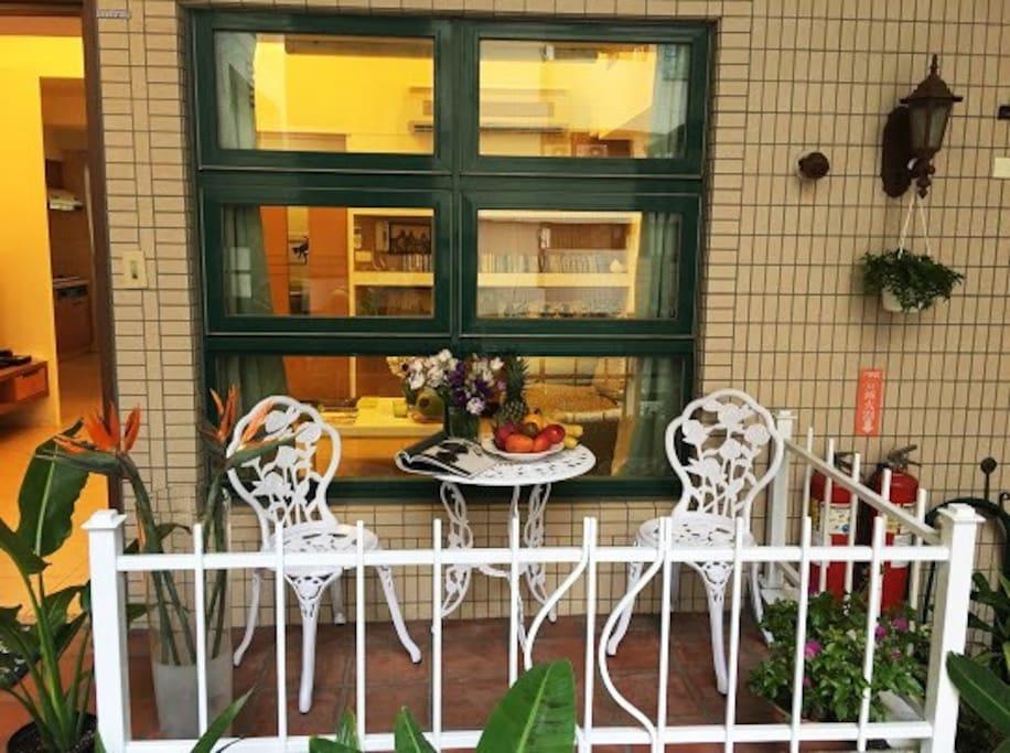Outdoor balcony  室外陽台  / 涼椅 可愛的小花圃