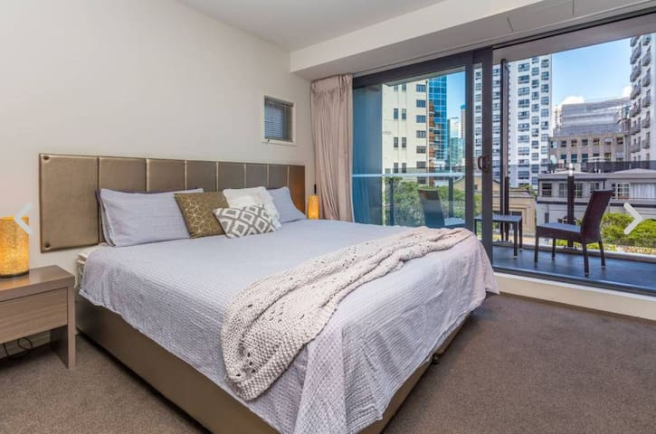 Spacious Modern 2 Bedroom Apartment - w/Aircon
