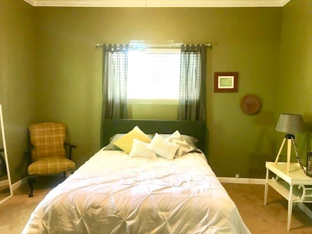 Master bedroom (bedroom 2) also has a single futon.