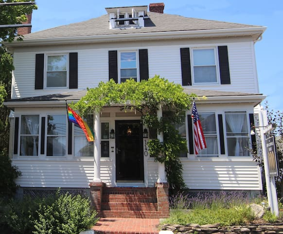 Bed and Breakfast in Center of PTown!
