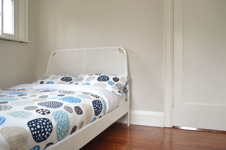 Private Bedroom 5 min. walk from Subway