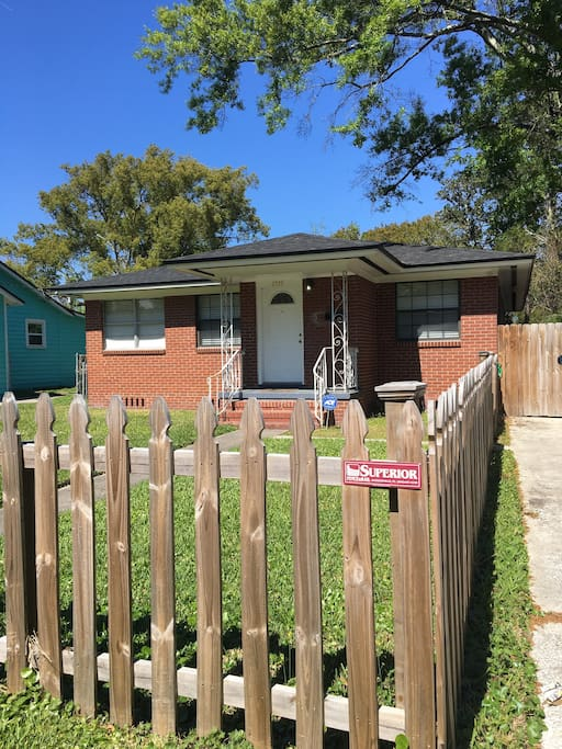 3 bed 1 bath sleeps up to 9 guests, Historic District home in Riverside, Jacksonville.  Walking distance from local bars, restaurants, and parks.