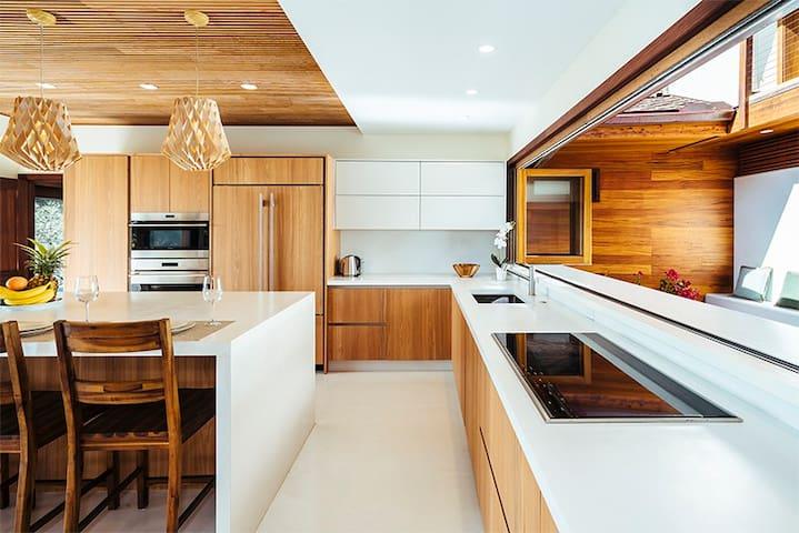 Spacious Modern Oceanview Hawaiian luxury villa
