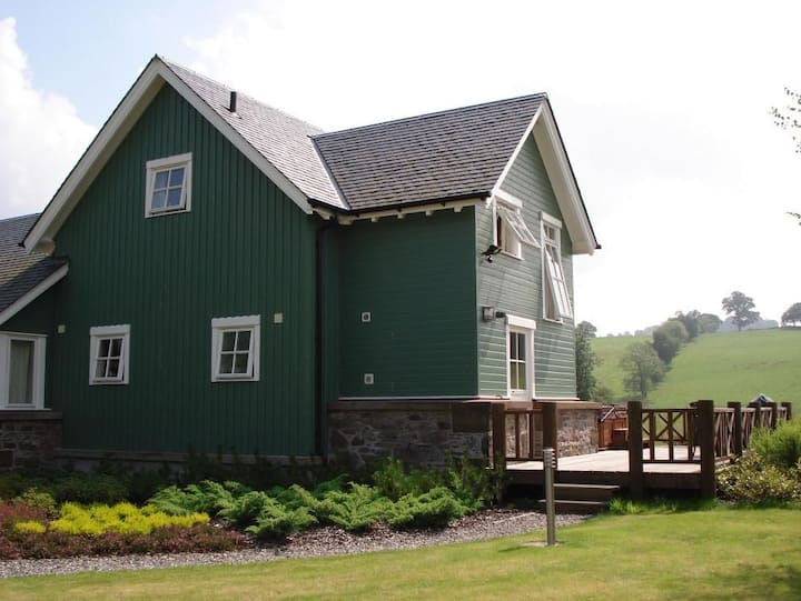Earn Lodge with private outdoor hot tub