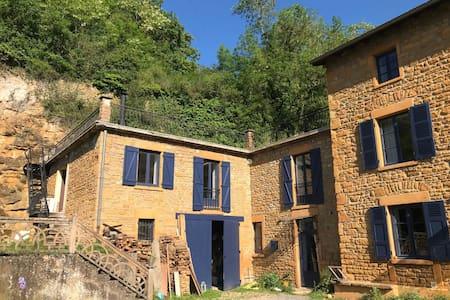 Grand appartement dans maison en pierres dorées