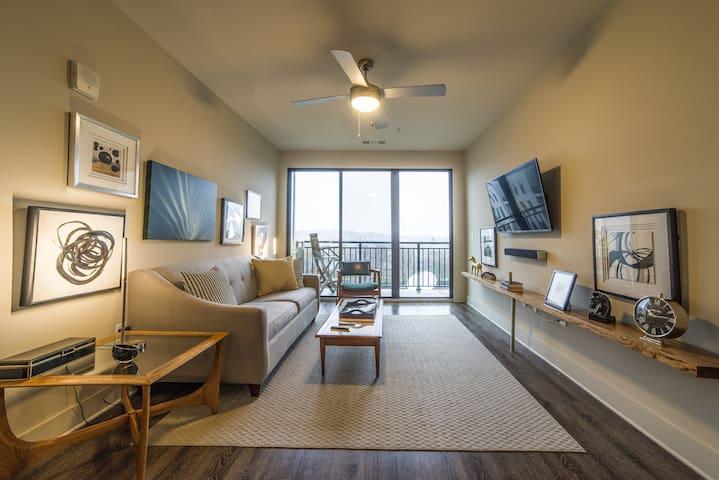 3 bedrooms, city view balcony, Sleeps 8