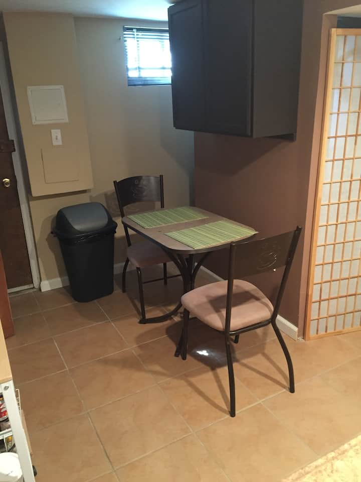 DC Basement Room with Kitchentte Near Bus/Transit