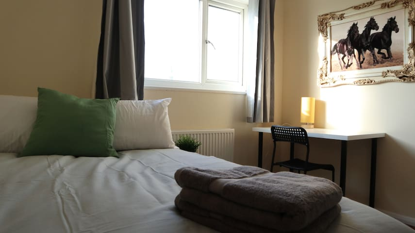 Cosy Bright Room Near Brent Reservoir in Wembley