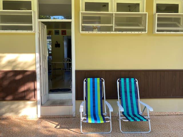 A uma quadra da praia, c/ acesso e vista p/ dunas