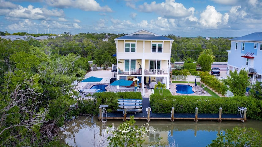 Gorgeous Vacation Home  Pool, Dock & Close Beach!