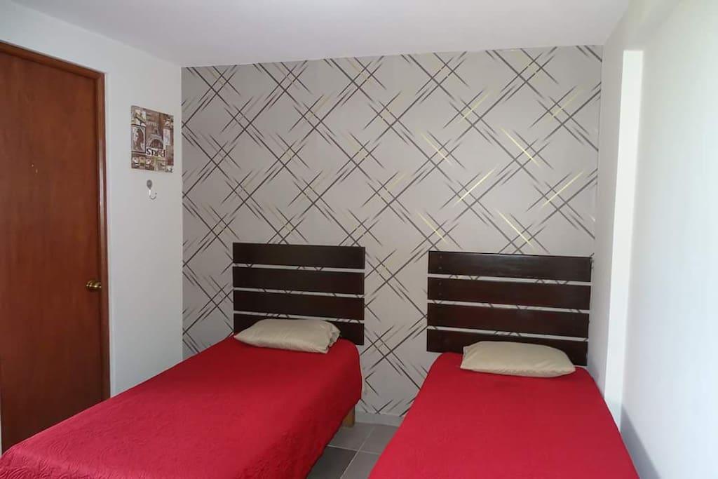 habitación doble, con baño privado, Tv Led 32' con cable, Wifi, cochera, piscina, parrilla.
