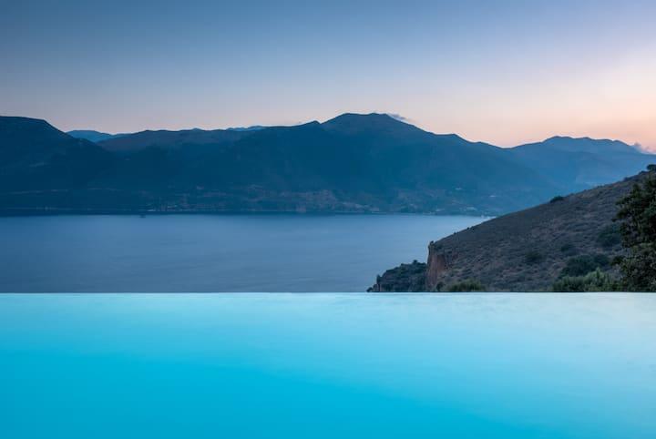 Luxury Traditional Spacious villa & infinity pool