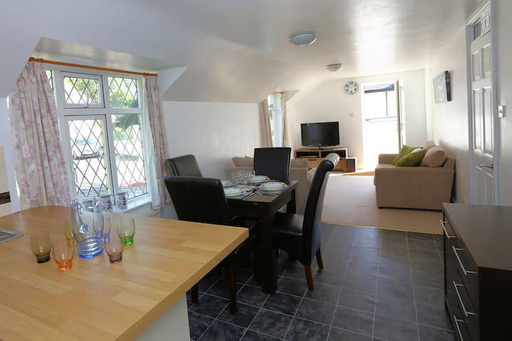 Country home, 10 minute walk to the beach - Perranporth - Apartment