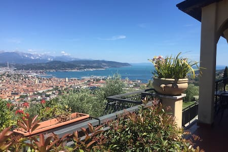 Independent room with sea view - La Spezia - Villa