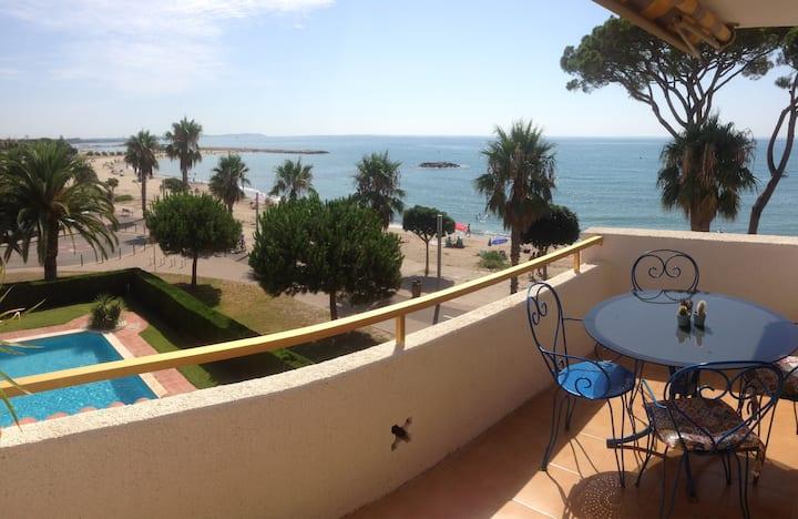 Apartamento sobre el mar, con piscina y wifi