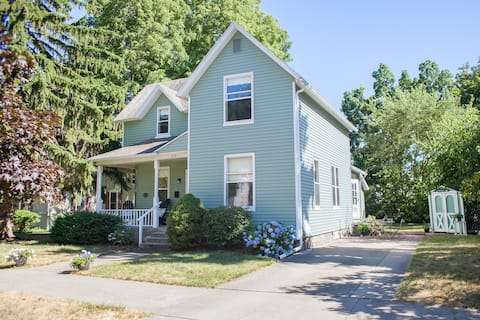 Immaculate downtown home by Kollen Park & Lake Mac