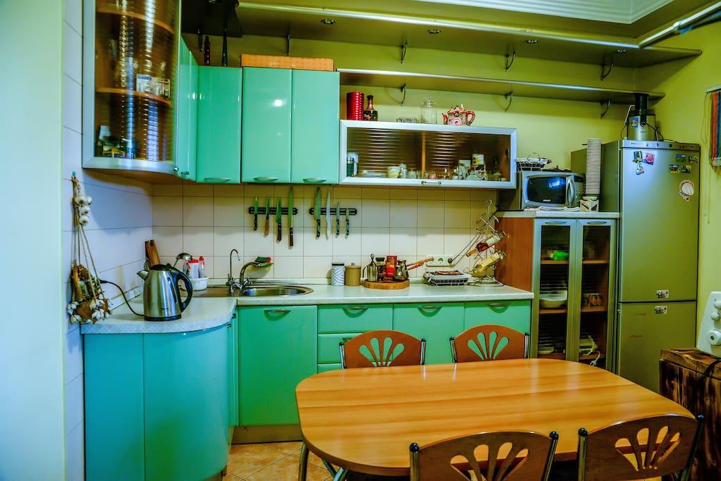 Уютная кухня. Чайник. Холодильник. Варочная панель. Духовка. Кофеварка.