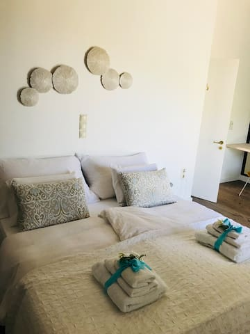 King size bedroom ( bed 180cm)