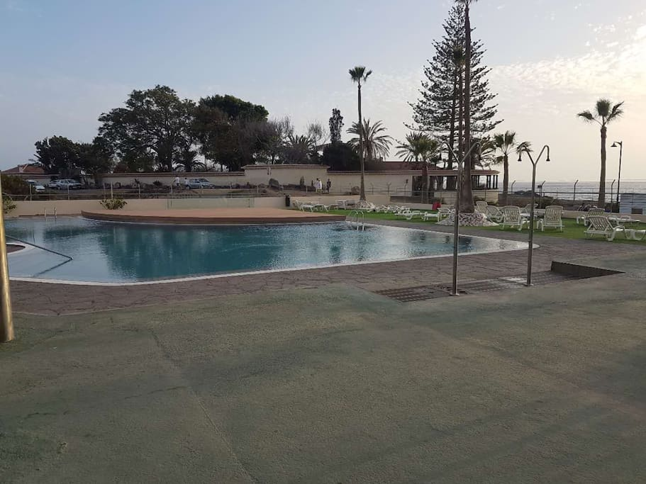 lovely swimming pool in front of the sea, great breeze