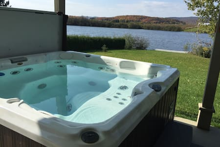 "BORD DE LAC-LAKE FRONT""SPA-JACUZZI"""