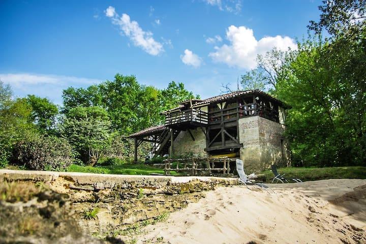 Moulin en bordure de rivière avec piscine et sauna