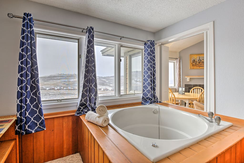 This spacious 1,019-square-foot condo offers up to 10 lucky guests everything for a memorable ski trip.