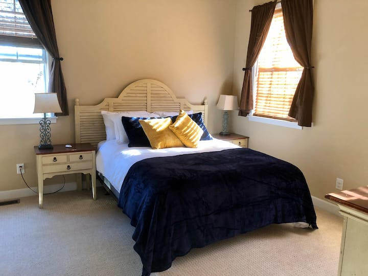 Beautiful Room w/ Private Bath - Close to Downtown
