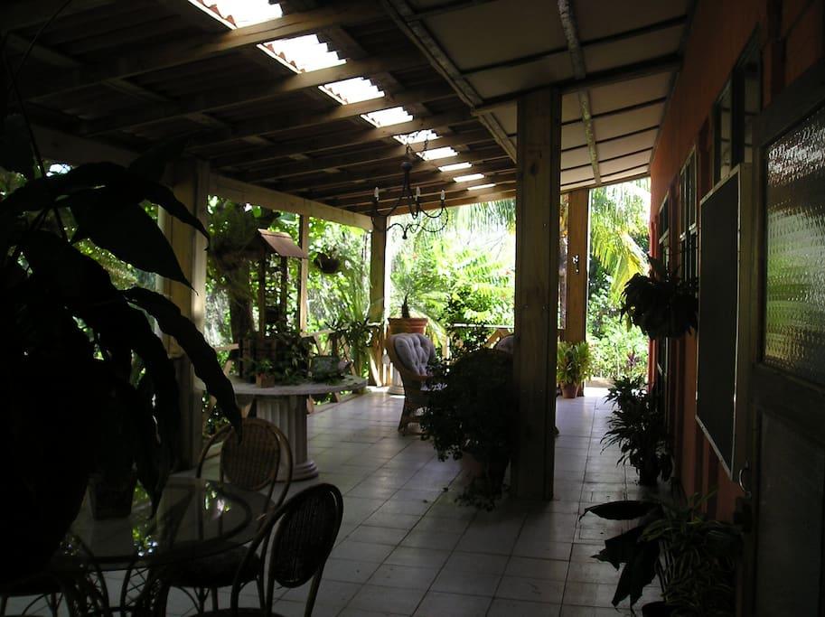 Es la terraza frontal de la casa. Para tomar café en la tarde.