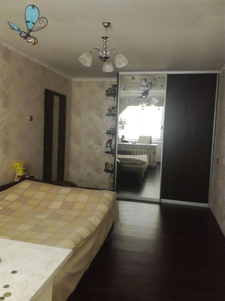 спальное помещение, рабочий стол и телевизор