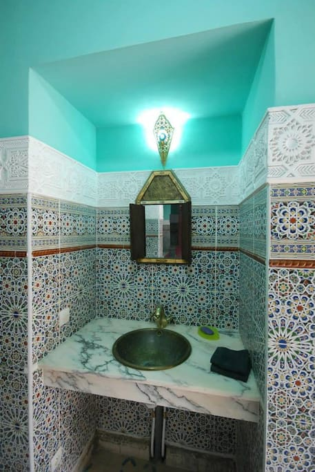Lavabo visiteurs dans le couloir d'entrée - Guest sink in entrance
