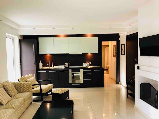 Modern  2 bedroom, 1 bath flat 2 min to beachfront