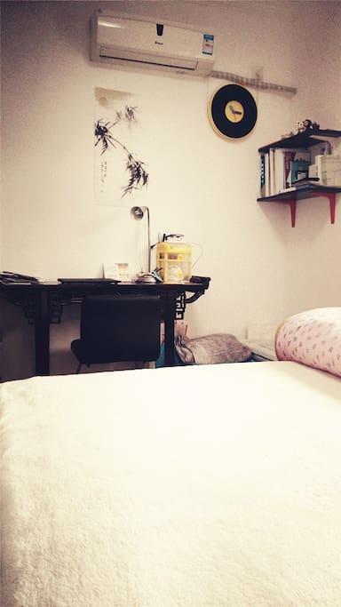 暖暖的羊毛毯大床kingsize bed with warm woolen blanket